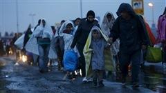 Les migrants Syriens affluent par dizaine de milliers en Autriche en provenance d'Hongrie depuis minuit hier soir. Les autorités autrichiennes ont fermé la circulation sur une autoroute et la suspension des liaisons ferroviaires avec la Hongrie est prolongée. On en parle avec le journaliste Blaise Gauquelin qui se trouve à Vienne.