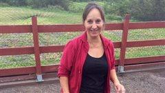 Ce matin, Martine rencontre Lyne Potvin de la ferme Les Arpents Bleus à Saint-Antoine-de-Tilly. On y élève des poules, des cailles et des pintades.