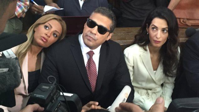 Mohamed Fahmy dans un tribunal du Caire avec sa femme Marwa et l'avocate des droits de l'homme Amal Clooney, le 30 août dernier.