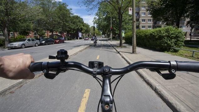 Un vélo sur une piste cyclable