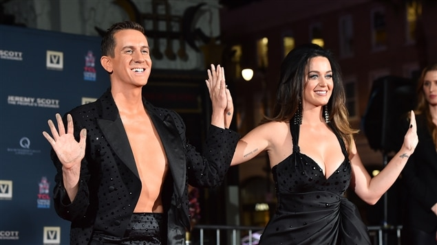 Le designer de mode Jeremy Scott en compagnie de la chanteuse Katy Perry