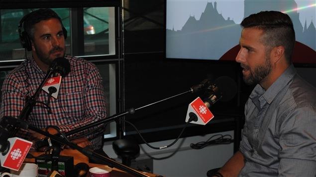 Jean-Philippe Martin journaliste sportif et Simond Gagné hockeyeur à la retraite