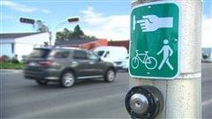 Un bouton de contrôle de feu de circulation piétonnière et cycliste.