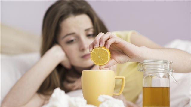 Une femme prépare une boisson spéciale pour guérir.