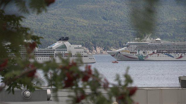 Deux bateaux de croisières mouillent dans la baie de Gaspé