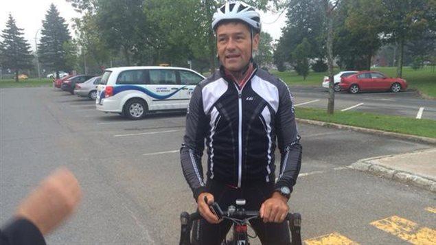 Bruno Savard arrive en vélo au cégep Lévis-Lauzon