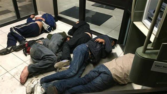 Des sans-abri trouvent refuge dans l'entrée d'une banque à Saskatoon.