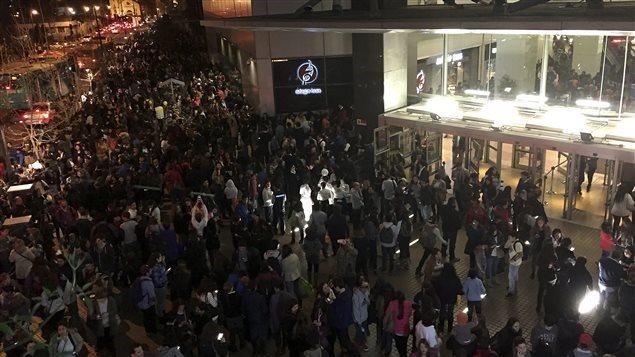 Évacuation d'une centre commercial lors du séisme qui a frappé le Chili hier soir.