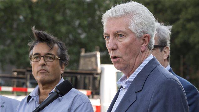Aux côtés du porte-parole de la coalition des Sans-Chemise, le chef du Bloc québécois, Gilles Duceppe, a soutenu jeudi que la caisse d'assurance-emploi ne doit plus servir à payer autre chose que les prestations des chômeurs.