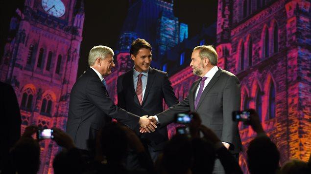 Les chefs de parti Justin Trudeau, Thomas Mulcair et Stephen Harper lors du débat des chefs organisé par le Globe and Mail, le 18 septembre à Calgary