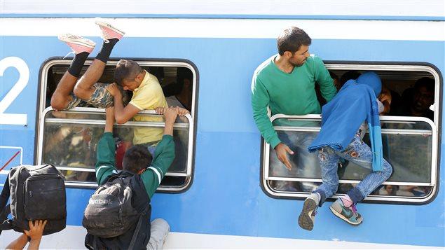 À la gare de Beli Manastir, en Croatie, des migrants tentent par tous les moyens d'embarquer à bord d'un train qui leur permettra de poursuivre leur périple.