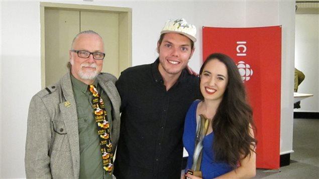 Les lauréats du 26e Chant'Ouest, Étienne Fletcher et Rayannah, en compagnie de Ronald Tremblay, un des fondateurs du Chant'Ouest.