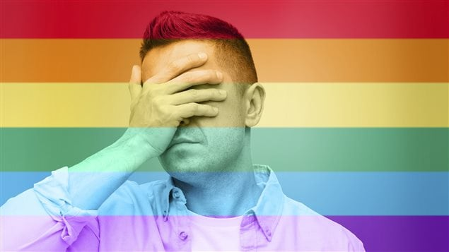 Homme n'en revenant pas de l'homophobie