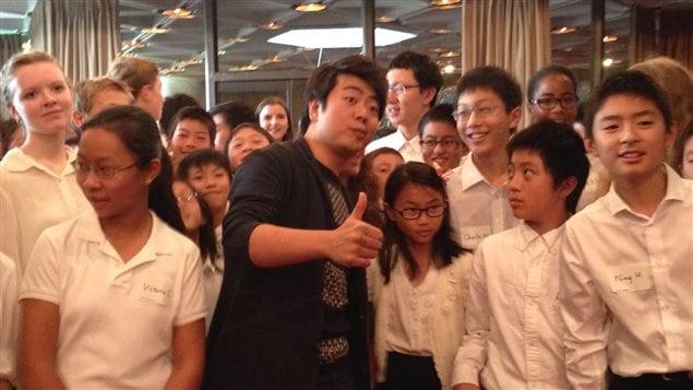 Lang Lang en compagnie de jeunes pianistes