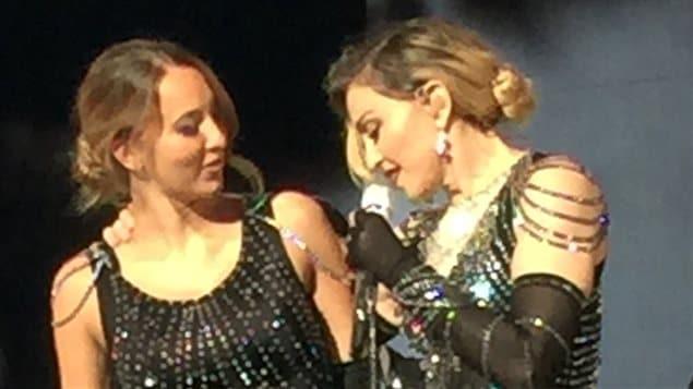 Stéphanie Jean a partagé la scène avec Madonna grâce à une réplique de la robe de la Reine de la pop.