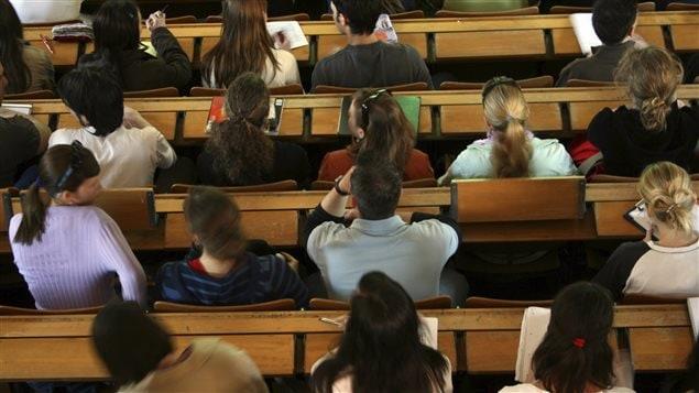 Des étudiants dans un amphithéâtre à l'université