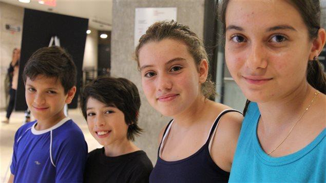 Jian-Lucca Vicenzo, Martin Sotelo Acosta, Maria Melinte et Sophia Rusu se préparent pour les examens d'admission au secondaire.