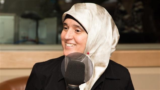 الناشطة الحقوقية والروائية الكندية التونسية المولد مُنية مازيغ في مقابلة مع إذاعة راديو كندا (أرشيف).
