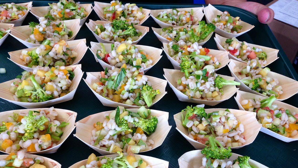 Un exemple de salade « touski » avec de vieux aliments qui étaient jugés périmés