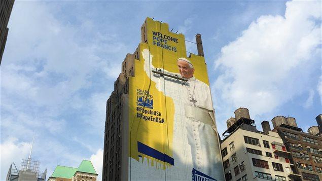 Une murale géante du pape François à Madison Square Garden, à New York