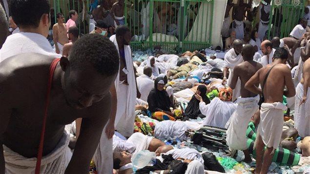 Des pèlerins se réunissent autour des victimes de la bousculade qui a des centaines de morts à Mina près de La Mecque, en Arabie saoudite.