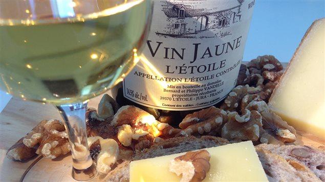 Le vin jaune du Jura a un caractère si fort qu'il doit impérativement être accompagné de nourriture pour être apprécié à sa juste valeur