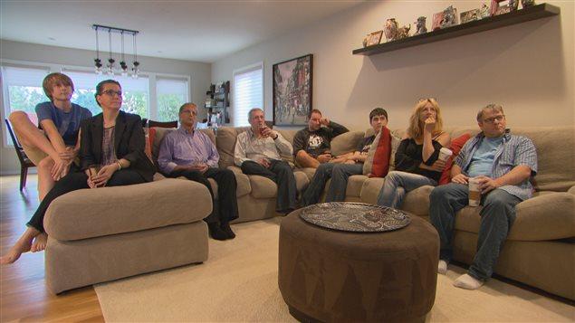 Des expatriés canadiens regardent dans la ville de Seattle aux États-Unis l'un des débat télévisé des chefs de partis au Canada. On estime à 1,4 million le nombre de Canadiens vivant à l'étranger qui ne pourront pas voter en raison de la spécificité de la loi électorale canadienne.