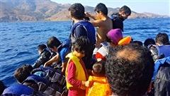 Des migrants traversent la mer �g�e sur un b�teau pneumatique.