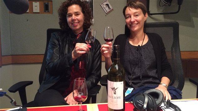 La sommelière Renée Delorme nous invite à déguster Figure 8, un vin de la maison Burrowing Owl présenté par sa représentante Sophie Laurent