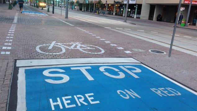 Waterfront Toronto a changé la signalisation pour expliquer aux cyclistes où s'arrêter sur la rue Queen's Quay.