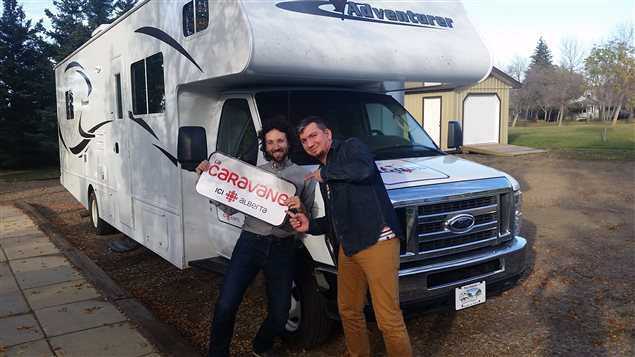 Rudy Desjardins et Nicholas Fish parcourent la province avec la caravane d'ICI Alberta