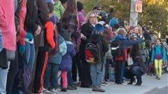 Parents, enfants et enseignants manifestent leur opposition aux compressions en éducation.