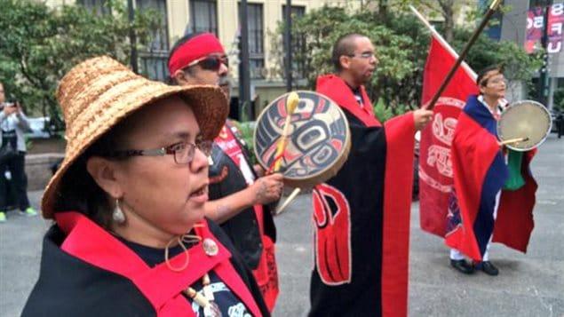 Des Autochtones manifestent devant la Cour fédérale à Vancouver