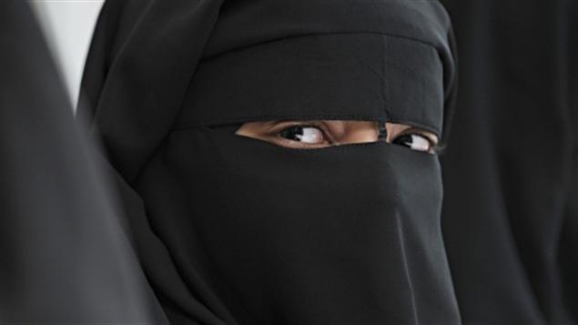 L'épineux dossier du niqab suscite des malaises au sein du NPD et du PLC alors que plusieurs candidats s'éloignent des positions des chefs.