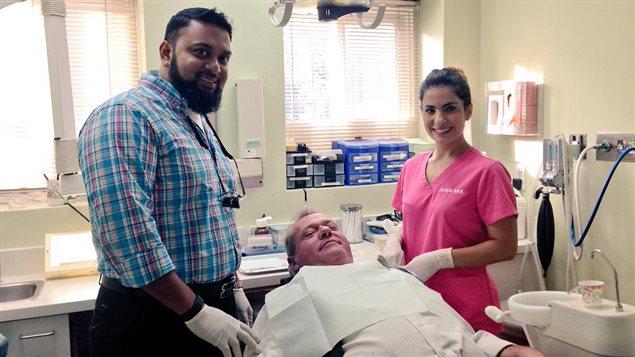 Le dentiste Mohammad Rana offre des soins gratuitement pour une journée pour redonner à la communauté.