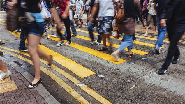Des piétons traversent la rue