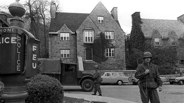 Des soldats montent la garde devant la résidence de James Cross après son enlèvement.