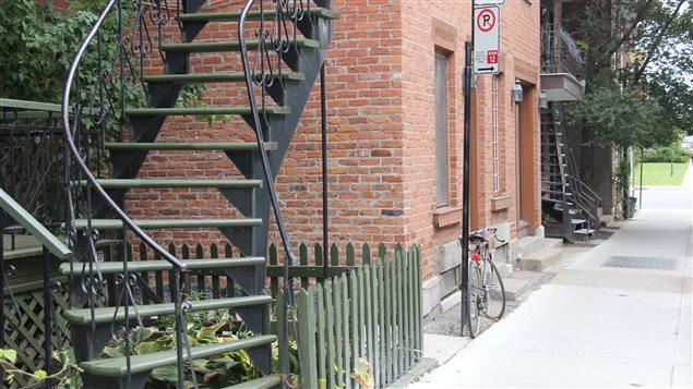 Les escaliers extérieurs en fer forgé sont un des emblèmes de Montréal.
