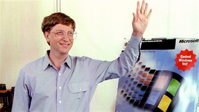 Bill Gates, alors président-directeur général de Microsoft, présente la nouvelle édition de Windows 95.