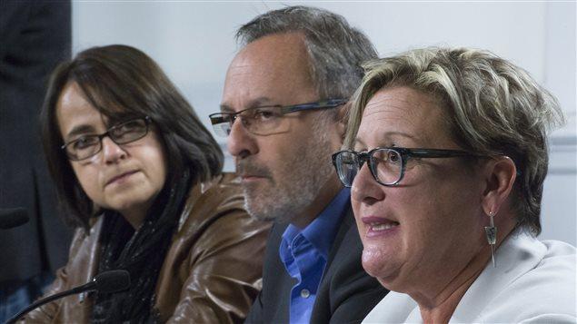 Francine Lévesque de la CSN, Daniel Boyer de la FTQ et Lucie Martineau du SISP