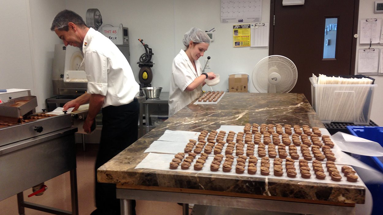 Le ma�tre chocolatier et son employ�e