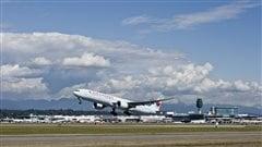 Photo : Un avion au décollage à l'aéroport de Vancouver.