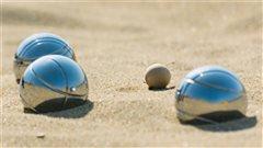 Des boules de p�tanque dans le sable.