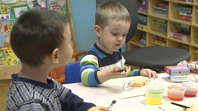Des enfants qui dessinent.
