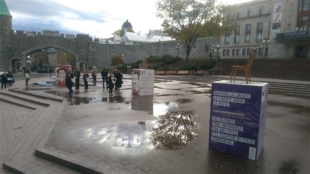 Trois monuments ont été aménagés sur la place D'Youville en hommage à des écrivains contraints au silence.
