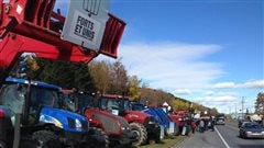 Des producteurs laitiers du Bas-Saint-Laurent manifestent à Amqui
