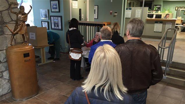 file d'attente au bureau de vote de l'hotel de ville
