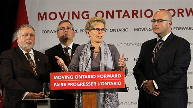 La première ministre de l'Ontario Kathleen Wynne, et le ministre des Transport Steven Del Duca. « Pour l'Ontario, les avantages de faire partie de l'innovation des véhicules automatisés sont clairs », a déclaré Del Duca dans un discours à l'Université de Waterloo mardi matin. « Afin de concurrencer, l'Ontario a besoin d'être compatible avec l'approche en ce domaine adoptée par d'autres juridictions américaines. » (Samantha Craggs / CBC)