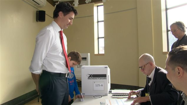 Justin Trudeau au bureau de scrutin en compagnie de son fils.