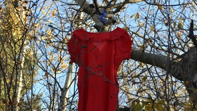 Des citoyens de Regina Beach, en Saskatchewan, ont accroché des robes rouges à des arbres pour dénoncer les meurtres et les disparitions des femmes autochtones.